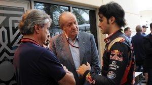 Carlos Sainz (ESP) Scuderia Toro Rosso talks with his Father Carlos Sainz (ESP) and Juan Carlos of Spain at Formula One World Championship, Rd2, Bahrain Grand Prix Practice, Bahrain International Circuit, Sakhir, Bahrain, Friday 1 April 2016. © Sutton Motorsport Images