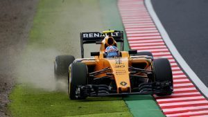 Jolyon Palmer (GBR) Renault Sport F1 Team RS16 runs wide at Formula One World Championship, Rd17, Japanese Grand Prix, Qualifying, Suzuka, Japan, Saturday 8 October 2016. © Sutton Images